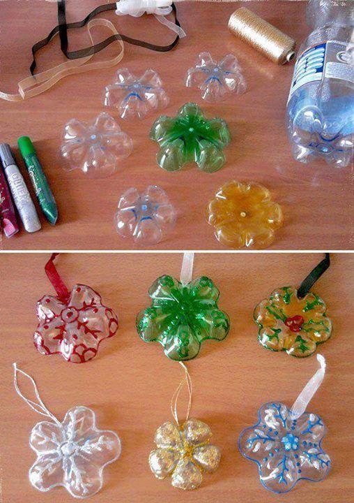 Des boules de noël avec des culs de bouteilles en plastique