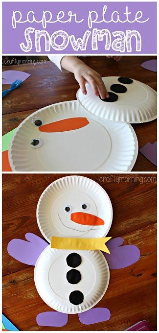 Un bonhomme de neige avec des assiettes en carton