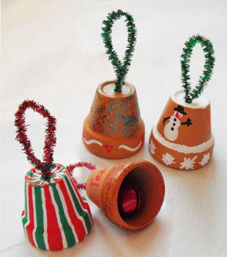 Des grelots ou décorations avec des petits pots en terre cuite