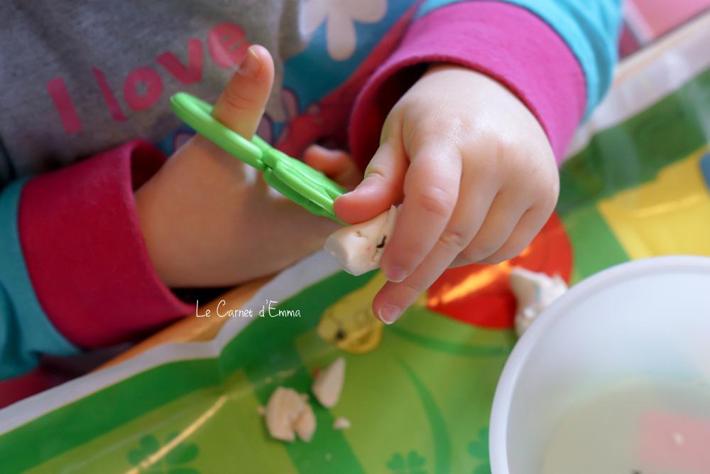 Activité manuelle, découper de la pâte à modeler