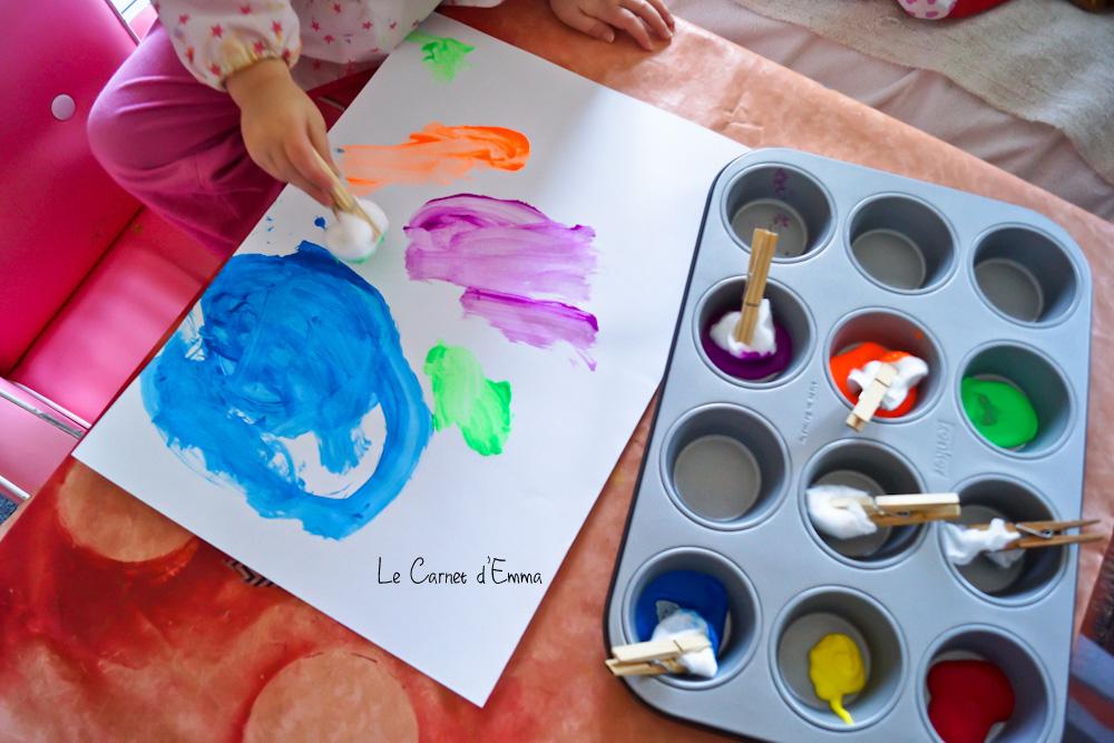 activité manuelle pour enfant, peinture, peindre avec du coton tenu par une pince à linge