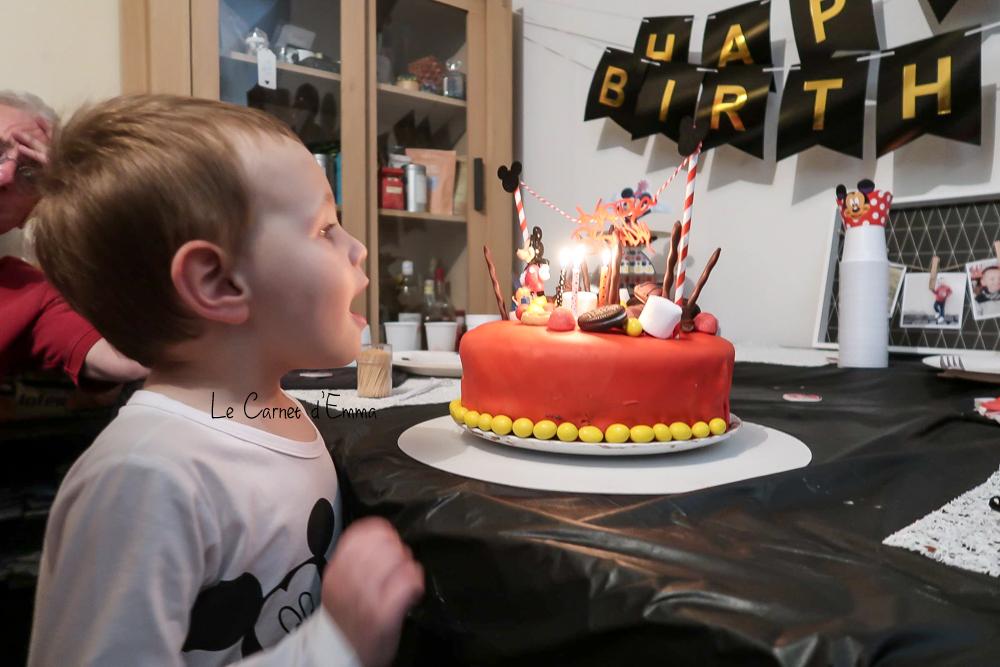 Décoration d'anniversaire sur le thème de Mickey Mousse couleur rouge, noir et jaune Idée et inspiration anniversaire Mickey Mousse 3 ans, happy birthday insipration gâteau
