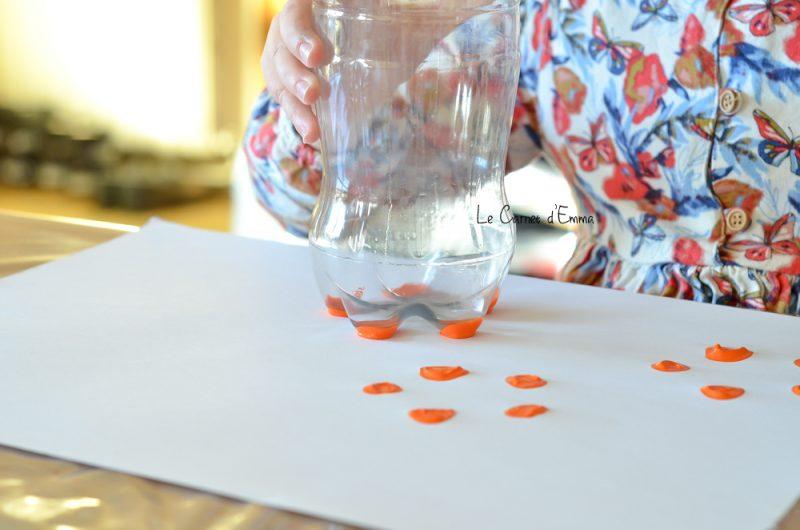 Activité manuelle sur le thème du printemps Réalisation de fleurs en peinture avec le fond d'une bouteille en plastique. Activité créative Activité enfant