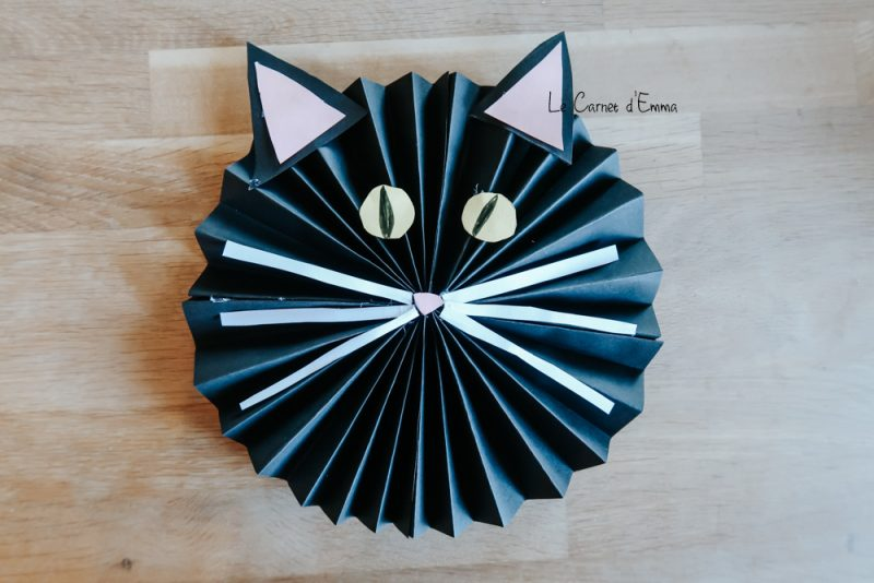 Un chat éventail en papier. Idée d'activité manuelle et créative pour les petits et les grands
