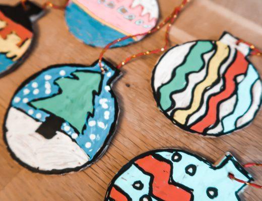 Activité manuelle sur le thème de Noël avec le DIY de boules de Noël pour décorer le sapin avec du carton et des feutres