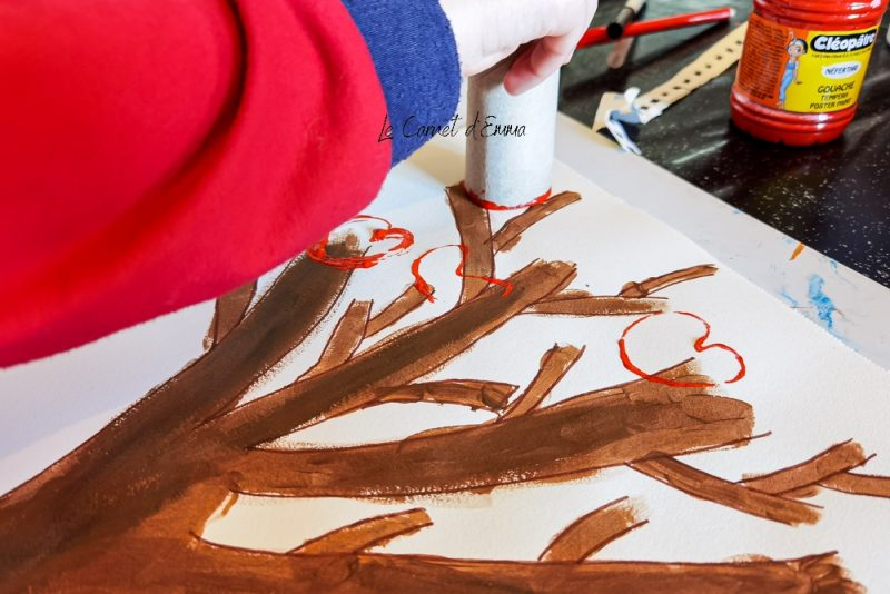 Activité manuelle sur le thème de la saint valentin. Activité créative avec de la peinture et un rouleau de papier toilette. Peindre un arbre et des feuilles en forme de coeur pour la fête des amoureux. Bricolage maternelle pour les grands et les petits.