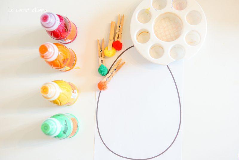 matériel de l'activité manuelle, peinture, pompons et œuf de pâques