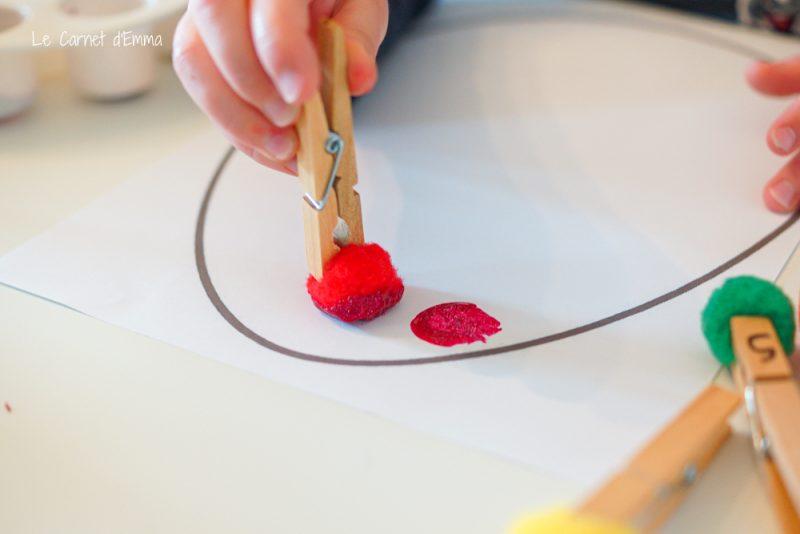 peinture avec des pompons et une pince à linge