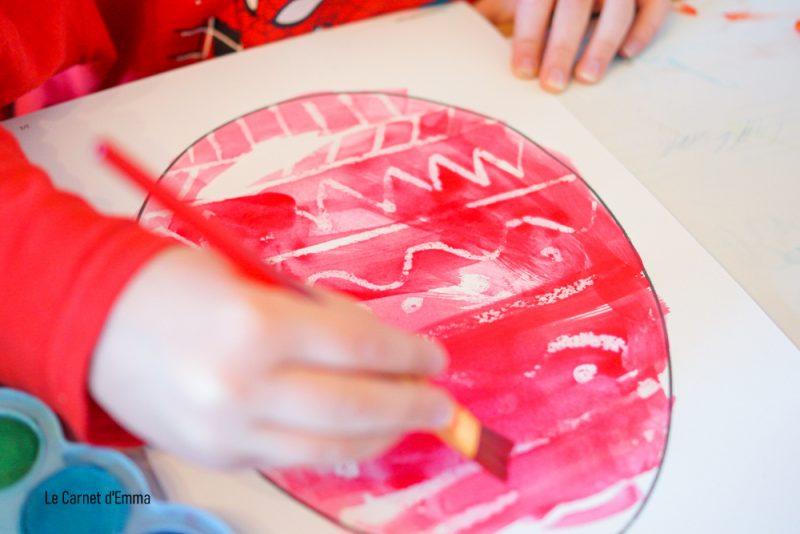 peinture à l'aquarelle sur l'œuf de pâques