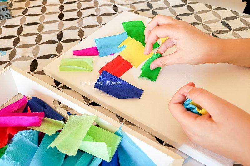 On place les bouts de papier sur la toile