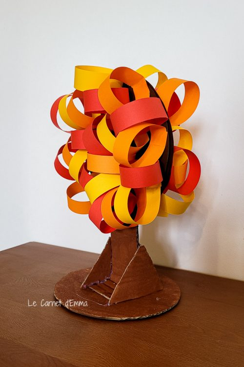 activité manuelle sur le thème de l'automne avec un arbre automnal en peinture, papier et carton