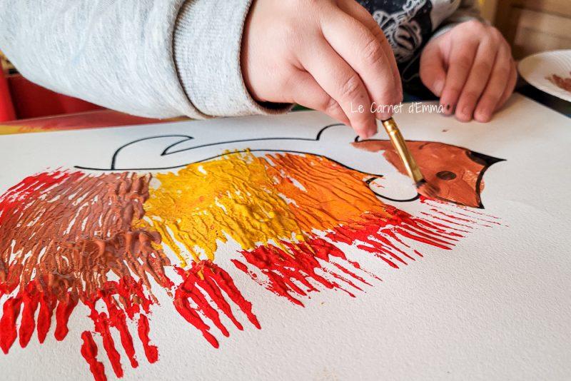 L'enfant peint le corps de l'hérisson en marron